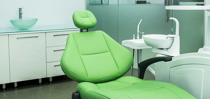 Профессиональная ультразвуковая чистка зубных отложений с Air Flow в клинике «Dental Clinic»