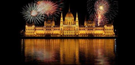 Budapest-parliament-according-to-hungary-fireworks-37854_%281%29