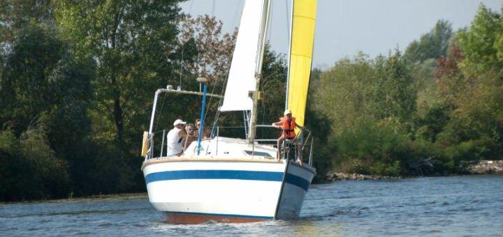 Скидка до 65% на двухчасовую прогулку по Днепру на парусной яхте от «Parusniki»