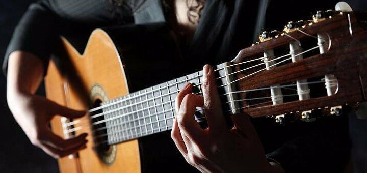 До 4 индивидуальных занятий обучению игры на гитаре в творческой студии «YAProject»